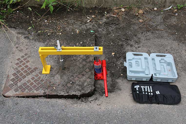 Hydraulic Manhole Seal Breaker with the cover lifted
